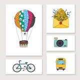 Tarjetas con los objetos del drenaje de la mano del viaje: globo, bici, autobús, cámara Imágenes de archivo libres de regalías
