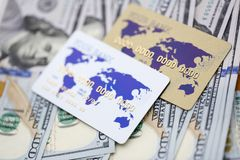 Tarjetas de actividades bancarias que mienten en la pila de moneda de los E.E.U.U. foto de archivo