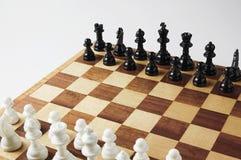 Tarjetas de ajedrez y pedazos de ajedrez Fotografía de archivo libre de regalías