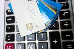 Tarjetas de banco apiladas juntas imagenes de archivo