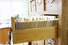 Tarjetas de catálogo en una biblioteca Imagen de archivo