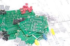 Tarjetas de circuitos, componentes con los diagramas esquemáticos imagenes de archivo