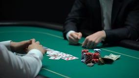 Tarjetas de comprobación felices del jugador del casino, tomando microprocesadores y el dinero, ganador afortunado almacen de video