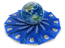 Tarjetas de crédito con el globo (trayectoria de recortes incluida) Imagenes de archivo