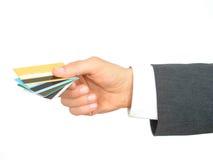Tarjetas de crédito de la explotación agrícola de la mano del hombre de negocios Fotografía de archivo libre de regalías