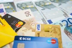 Tarjetas de crédito de la visa y de Mastercard en billetes de banco euro Fotografía de archivo libre de regalías
