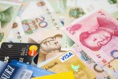 Tarjetas de crédito de la visa y de Mastercard y chino Yuan Imágenes de archivo libres de regalías