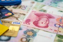 Tarjetas de crédito de la visa y de Mastercard y chino Yuan Foto de archivo libre de regalías