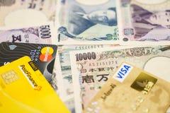 Tarjetas de crédito de la visa y de Mastercard y yenes japoneses Foto de archivo