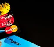 Tarjetas de crédito de Masterdard PayPass imagenes de archivo