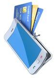 Tarjetas de crédito en el monedero del smartphone Fotos de archivo libres de regalías