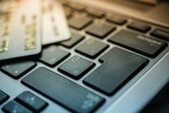 Tarjetas de crédito en el teclado Fotos de archivo libres de regalías
