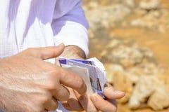 Tarjetas de crédito en manos mientras que viaja Imagen de archivo libre de regalías