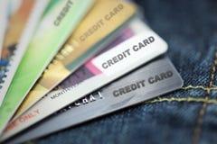 Tarjetas de crédito en textura de los tejanos Foto de archivo