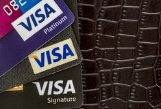 Tarjetas de crédito de la visa en un fondo de la cartera imagen de archivo libre de regalías