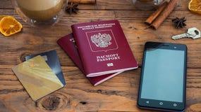 Tarjetas de crédito, pasaporte, cuaderno, taza de café Foto de archivo
