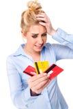 Tarjetas de crédito tensionadas de la explotación agrícola de la mujer del crujido de crédito Fotos de archivo libres de regalías