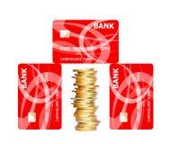 Tarjetas de crédito y monedas de oro aisladas en blanco Fotos de archivo libres de regalías