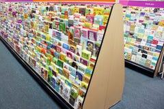 Tarjetas de felicitación en tienda Fotos de archivo