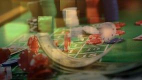Tarjetas de juego, microprocesadores, y efectivo que cae en la tabla de la ruleta y luces ajustadas en el primero plano en casino ilustración del vector