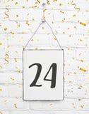 24 tarjetas de la fiesta de cumpleaños de los años con el número veinticuatro con van imagen de archivo