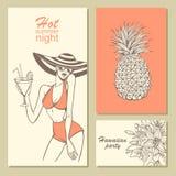Tarjetas de la invitación para un partido en estilo de la playa con las flores a mano, la muchacha con el cóctel y la piña Imagen de archivo