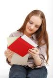 Tarjetas de la lectura del adolescente. Foto de archivo