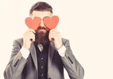 Tarjetas de la tarjeta del día de San Valentín El inconformista con la barba larga lleva a cabo los corazones rojos, tarjetas de  imágenes de archivo libres de regalías