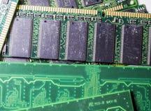 Tarjetas de memoria viejas y polvorientas de la PC disquetes Placa madre Reparación del ordenador Color verde Tecnologías moderna imagen de archivo libre de regalías