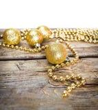 Tarjetas de Navidad con las bolas brillantes de oro Imagenes de archivo
