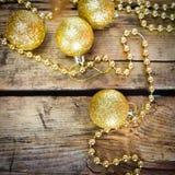 Tarjetas de Navidad con las bolas brillantes de oro Imagen de archivo