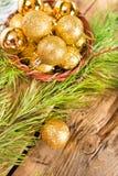 Tarjetas de Navidad con las bolas brillantes de oro Fotos de archivo