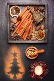 Tarjetas de Navidad de la vendimia Decoraciones y especias para cocer Imagen de archivo