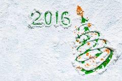 Tarjetas de Navidad del diseño de la idea - árbol de navidad en la nieve Fotos de archivo libres de regalías