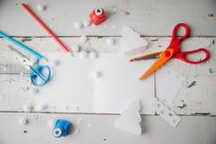 Tarjetas de Navidad hechas a mano fuera del papel coloreado Foto de archivo