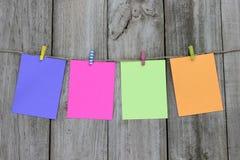 Tarjetas de nota coloridas que cuelgan de cuerda para tender la ropa Foto de archivo libre de regalías