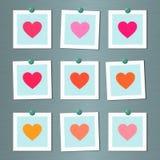 Tarjetas de nota con los corazones pintados en la pared Fotos de archivo