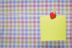 tarjetas de papel atadas con los pernos de ropa con los pequeños corazones foto de archivo