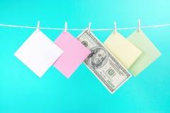 Tarjetas de papel coloridas y cuerda de colgante del dinero aislada en fondo azul foto de archivo libre de regalías