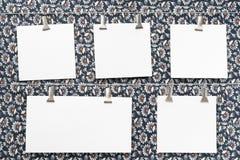 Tarjetas de papel en ropa-clavijas Fotografía de archivo libre de regalías