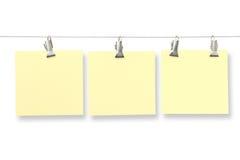 Tarjetas de papel en ropa-clavijas Foto de archivo