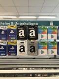 Tarjetas de regalo del Amazonas, tarjetas de regalo de la paga de Google en estantes de una tienda imagenes de archivo