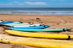 Tarjetas de resaca en una playa Foto de archivo libre de regalías