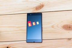 Tarjetas de SIM de diverso factor de forma en el smartphone Fotos de archivo libres de regalías