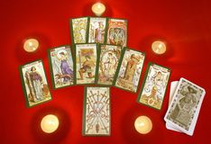 Tarjetas de Tarot con las velas en la materia textil roja Fotografía de archivo libre de regalías