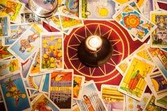 Tarjetas de Tarot con una vela. Imagen de archivo libre de regalías