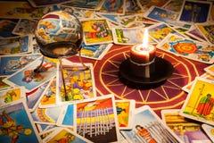 Tarjetas de Tarot con una vela y una bola cristalina. Imagen de archivo