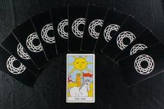 Tarjetas de Tarot y el sol Fotografía de archivo libre de regalías