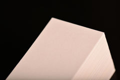 Tarjetas de visita, aviador o maqueta blanco de la bandera Plantilla vacía en blanco de las tarjetas de papel en fondo negro Imagenes de archivo