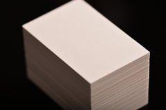 Tarjetas de visita, aviador o maqueta blanco de la bandera Plantilla vacía en blanco de las tarjetas de papel en fondo negro Fotos de archivo